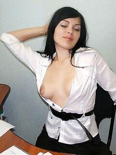 Брюнетка будет баловать себя мастурбацией и позерством постоянно - секс порно фото