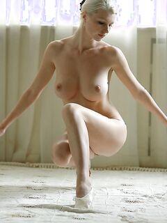 Грудастая молодая балерина разминается голой - секс порно фото