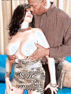 Зрелая тетка сняла платье и показала большие сиськи своему черному любовнику - секс порно фото