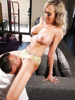 Милфа с большими сиськами после куни трахается в разных позах - секс порно фото