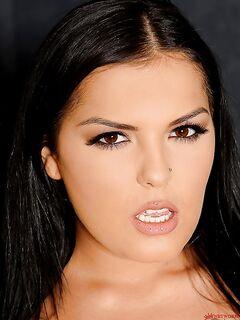 Фетишистка с большими сиськами наслаждается игрой с дилдо - секс порно фото