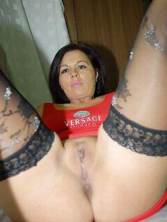 Грудастая дамочка в чулках оголила выбритую киску - секс порно фото