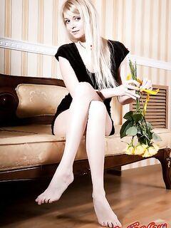 Голая блондинка с жёлтыми розами. Фото.