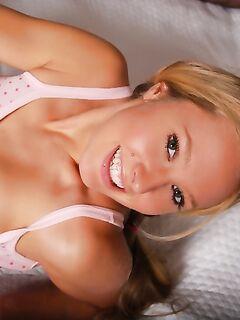 Молодая блондинка в пижаме. Фото.