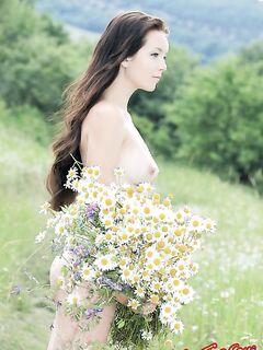 Голая девушка с ромашками. Фото.