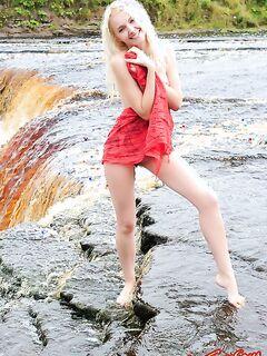 Голая девушка на водопаде. Фото.