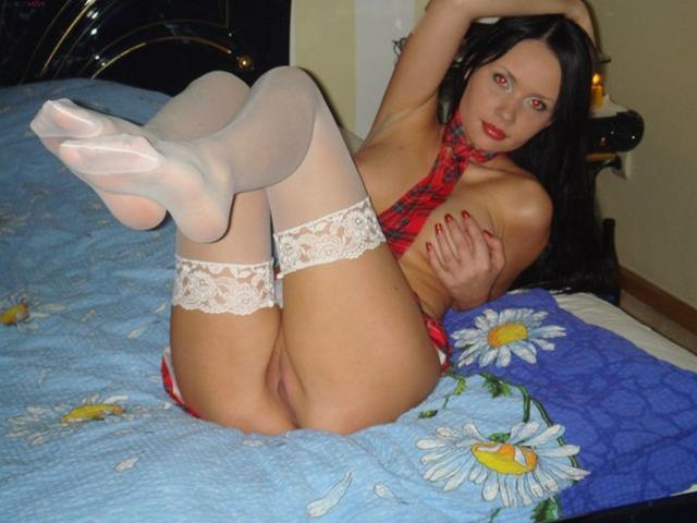 Откровенные домашние снимки брюнетки в белых чулках - секс порно фото
