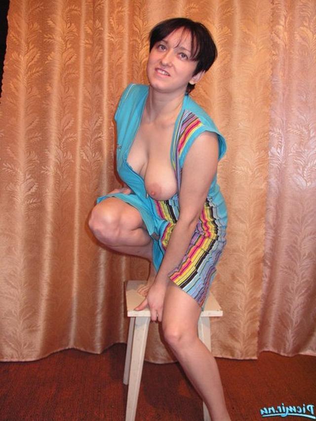 Веселая женщина позирует на табуретке - секс порно фото