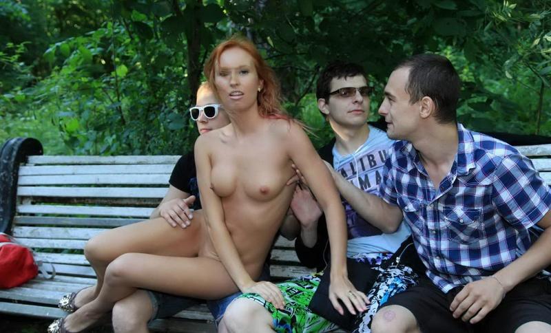 Рыжая эксгибиционистка в общественном парке с пацанами - секс порно фото