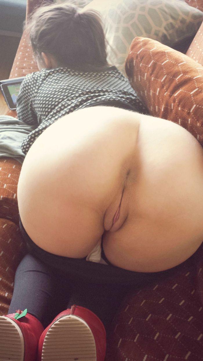 Симпатичные девушки подставляют свои круглые попки - секс порно фото