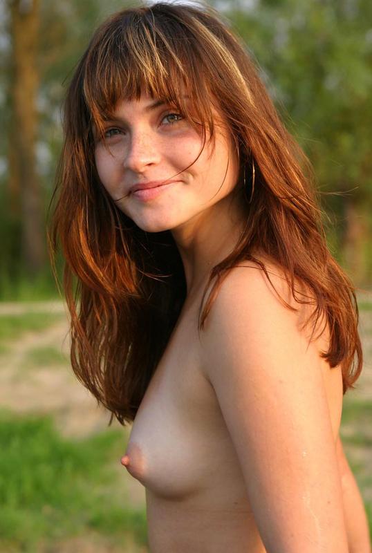 Милая молодая девушка позирует на берегу реки - секс порно фото