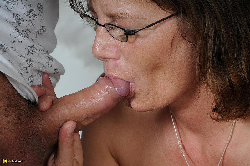 Зрелая барышня часто трахается с молодыми поклонниками - секс порно фото