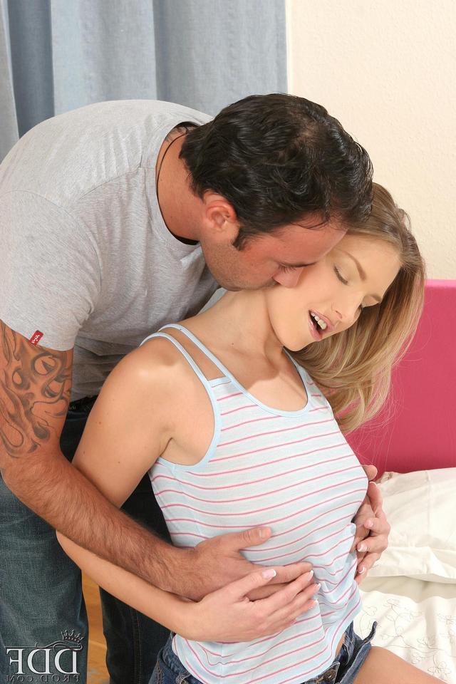 Двое любовников потрясающе трахают молодых девушек - секс порно фото