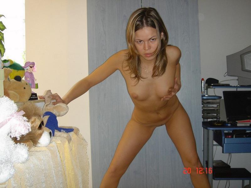 Деваха принимает душ и валяется на кроватке - секс порно фото