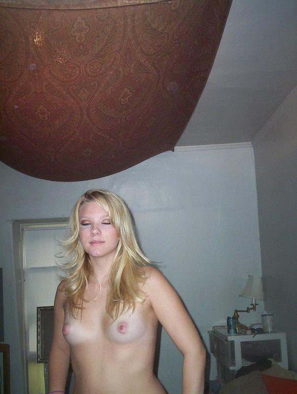 Девица раздевается по нашей просьбе - секс порно фото
