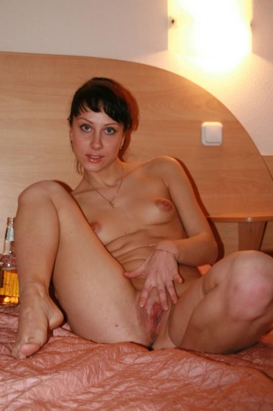 Дерзкая брюнетка гоняет писечку на кроватке - секс порно фото
