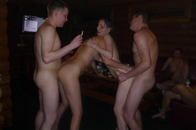 Групповой секс ребят и девушки в темном помещении - секс порно фото