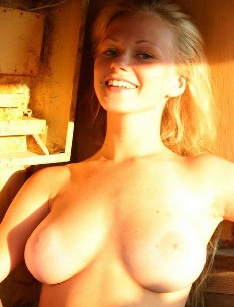 Сиськастые девушки и женщины позируют красиво и откровенно повсюду - секс порно фото