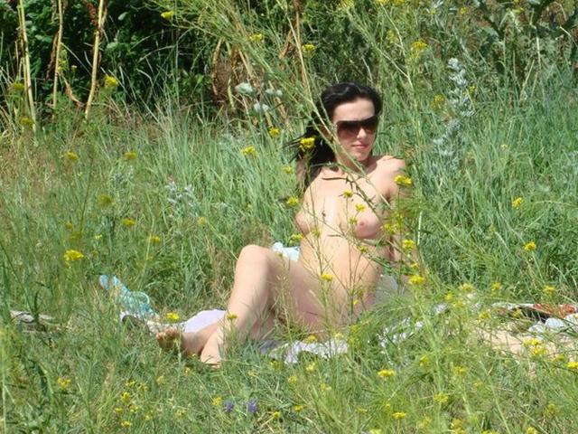 Шальная брюнетка позирует дома и на природе - секс порно фото