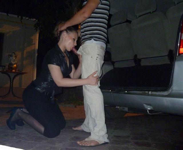 Брюнетка спешит сделать минет любовникам - секс порно фото