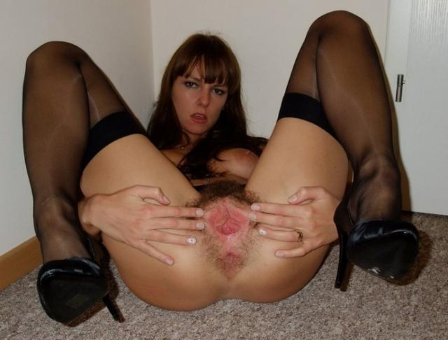 Озорная стройная девчонка с небритой киской любит менять чулки - секс порно фото