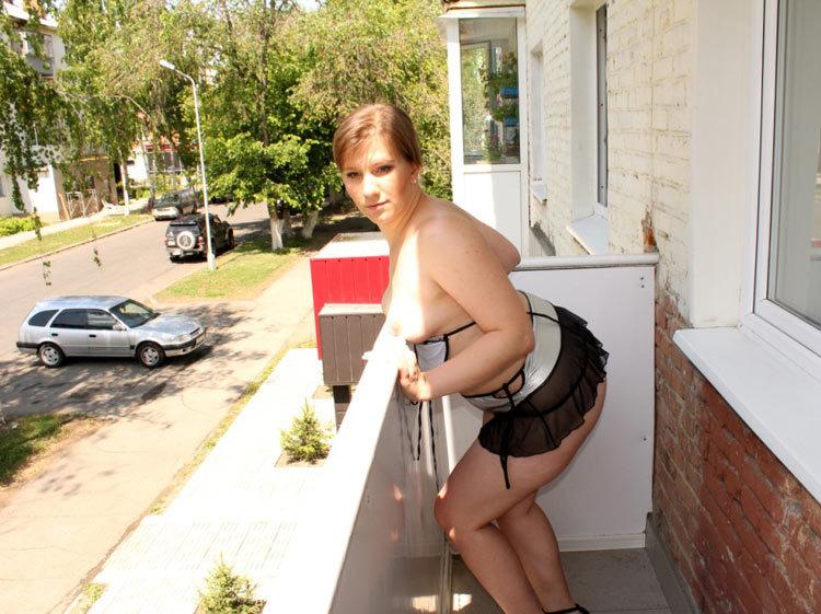 Баба с толстой задницей позирует на балконе - секс порно фото