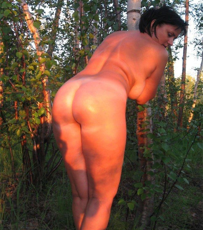 Обнаженная и сладкая брюнетка любит позировать - секс порно фото