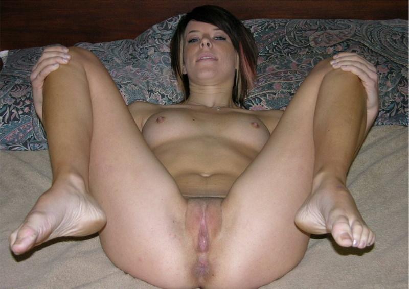 Обнаженная и милая брюнетка со сладкой писей - секс порно фото