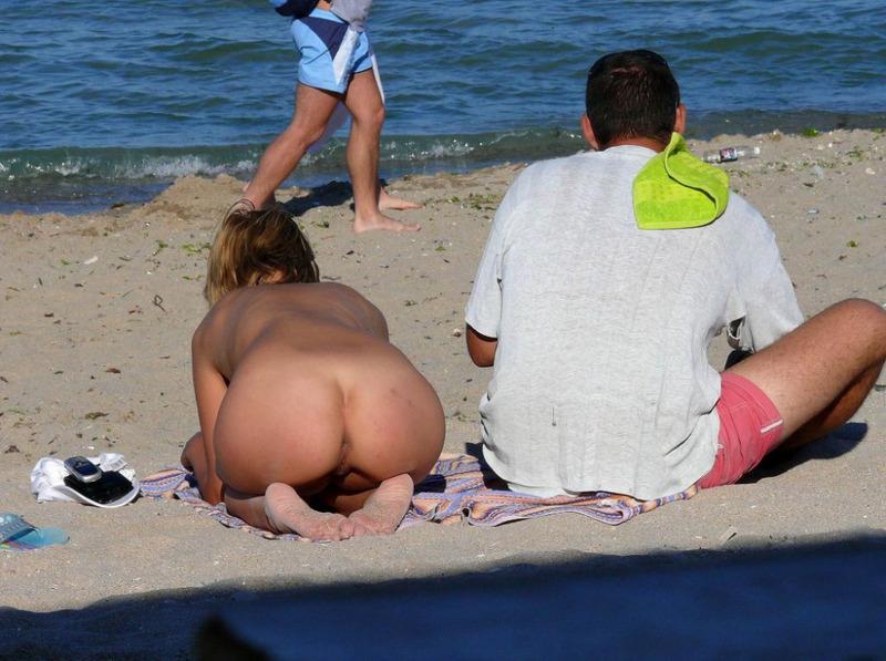 Обнаженные девушки на нудистком пляже получают загар - секс порно фото