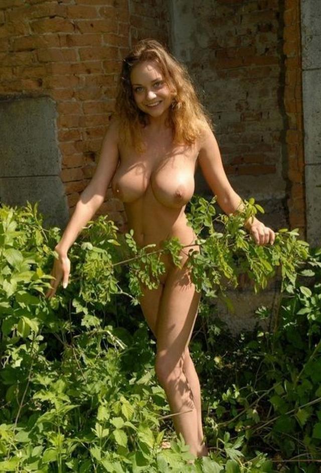 Очаровательные голые девицы позируют жарким летом - секс порно фото