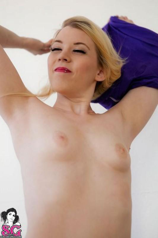 Сладенькая блондинка в трусишках и с открытой попкой - секс порно фото