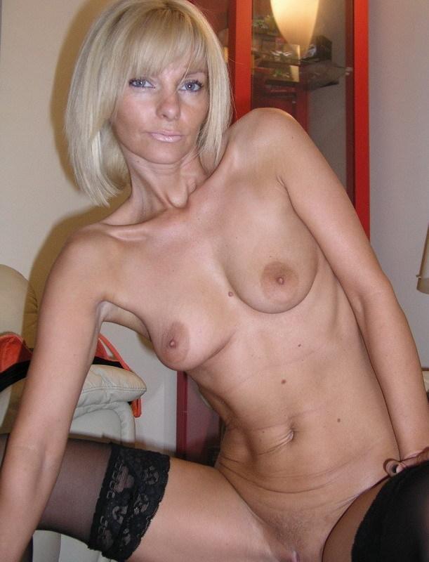 Зрелая блондинка снимает с себя нижнее белье на диване - секс порно фото