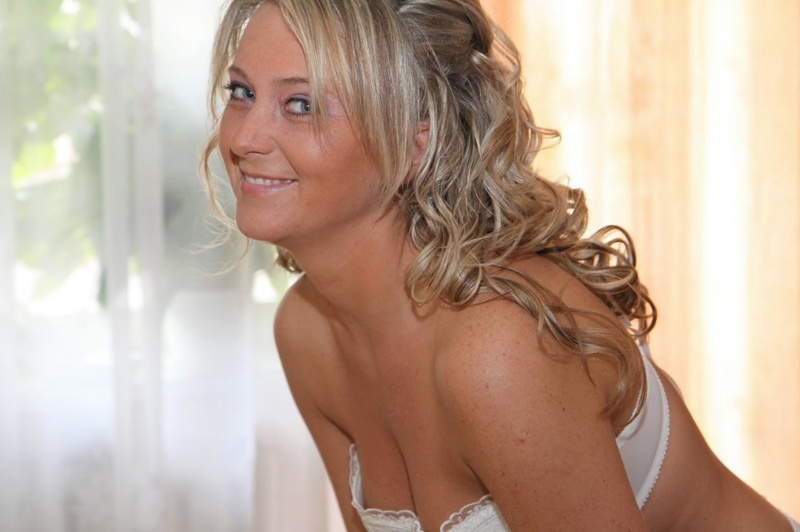 Невеста раздевается и дрочит киску с улыбкой - секс порно фото