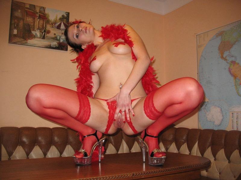 Огненная сучка в красных чулочках бодро позирует - секс порно фото
