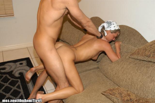 Пацан в кепке трахает девку в бандане - секс порно фото