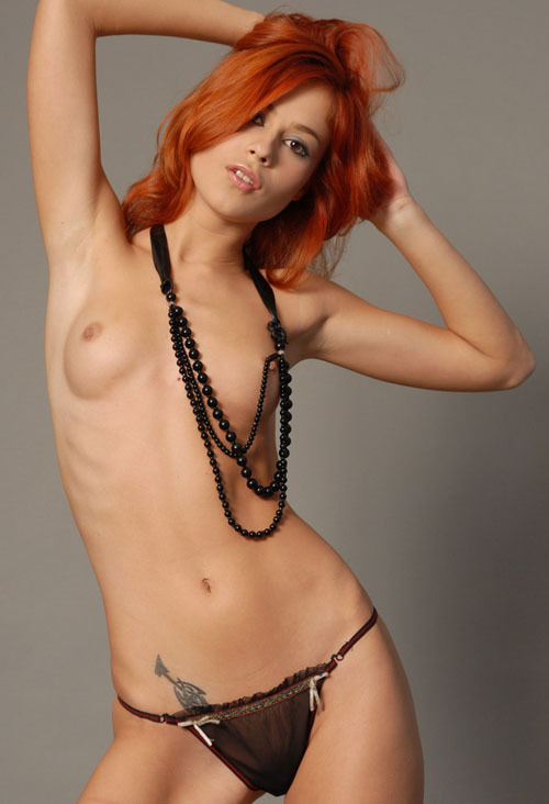 Молодая и стройная рыжая модель - секс порно фото