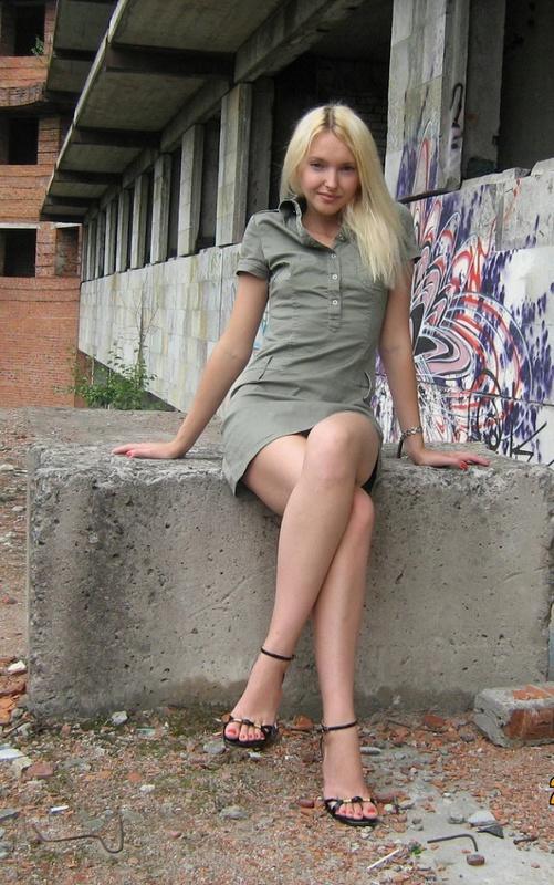 Длинноногая блондинка в заброшенном здании - секс порно фото