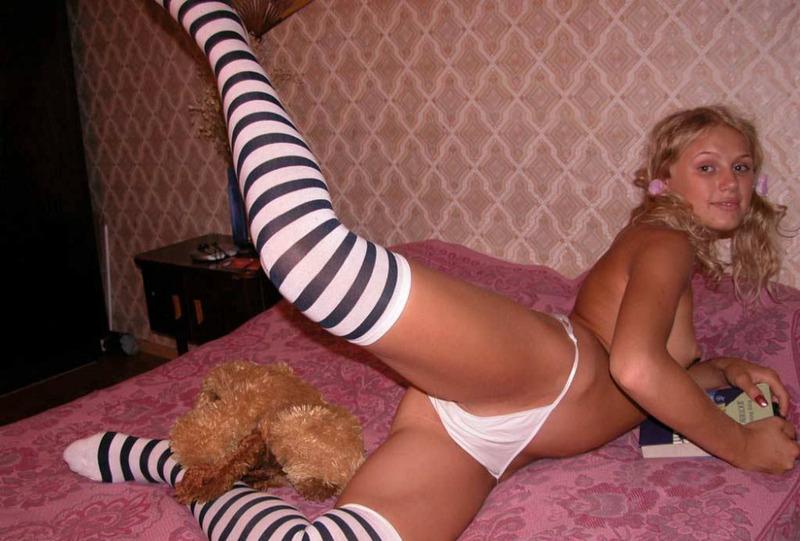 Девица в полосатых чулках и трусиках - секс порно фото
