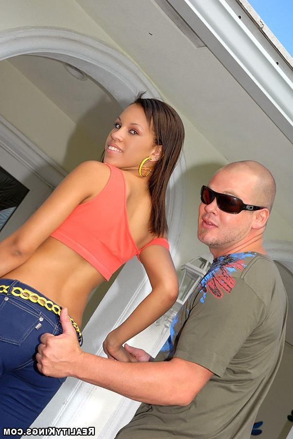 Прекрасная бразильская подружка трахается с лысым любовником - секс порно фото