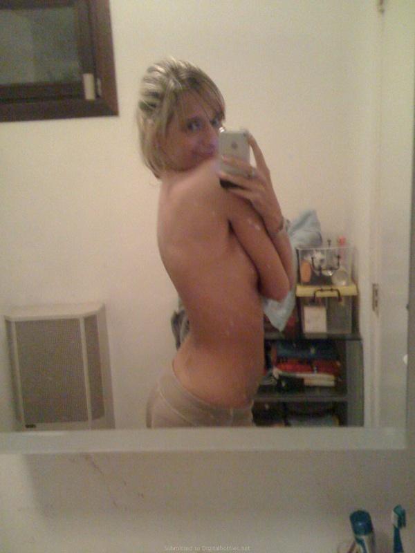Незамужняя Марина позирует себе на уме - секс порно фото