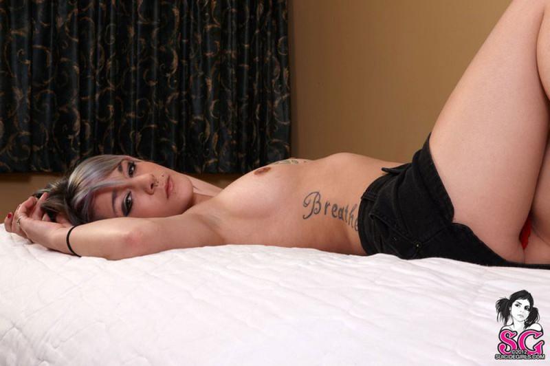 Грустная татуированная девчонка валяется на кровати - секс порно фото
