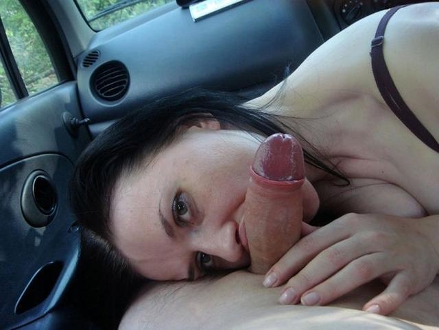 У брюнетки очень здорово выходит сосать член партнера - секс порно фото