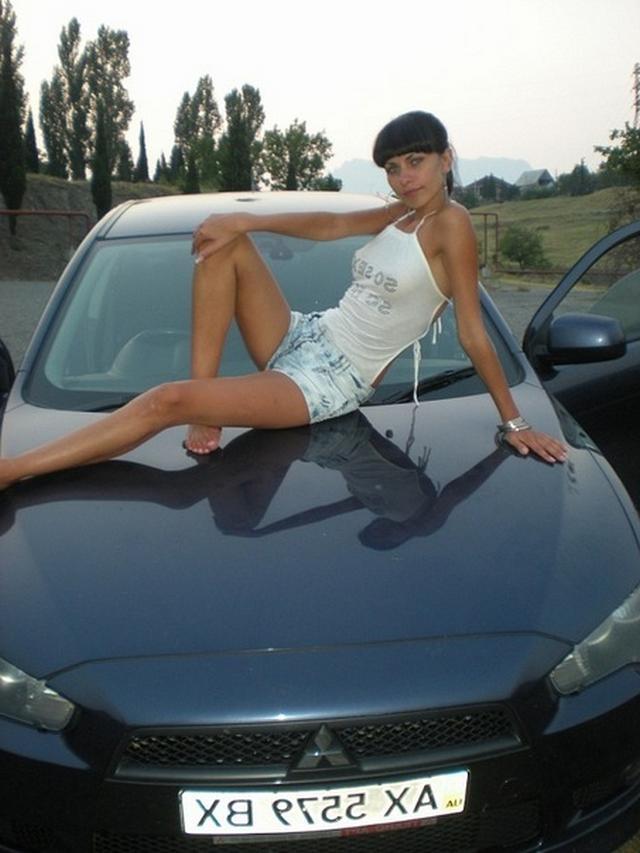 Красивые девушки раздеваются и позируют у машин - секс порно фото