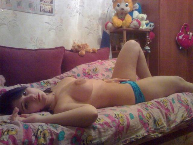 Молодые брюнетки обнажают свои сиськи - секс порно фото