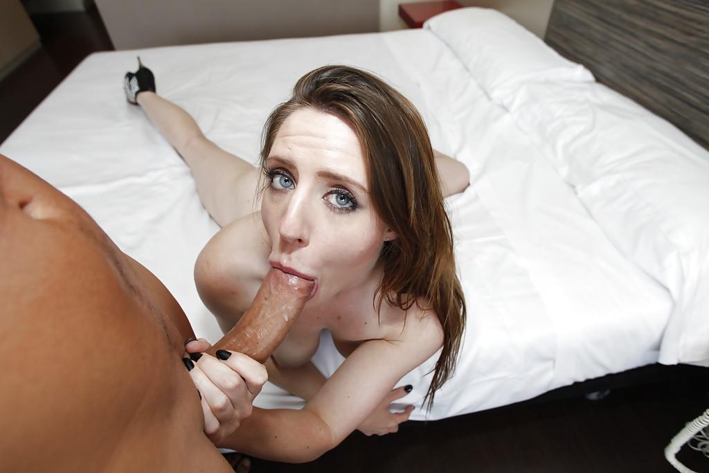 Саманту Бентли трахает на кровати мужик с большим членом - секс порно фото