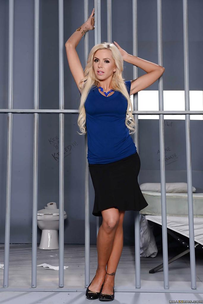 Начальница тюрьмы показывает охранникам стриптиз - секс порно фото