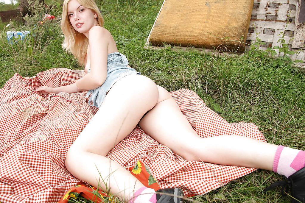 Соблазнительная деваха мастурбирует на открытом воздухе - секс порно фото
