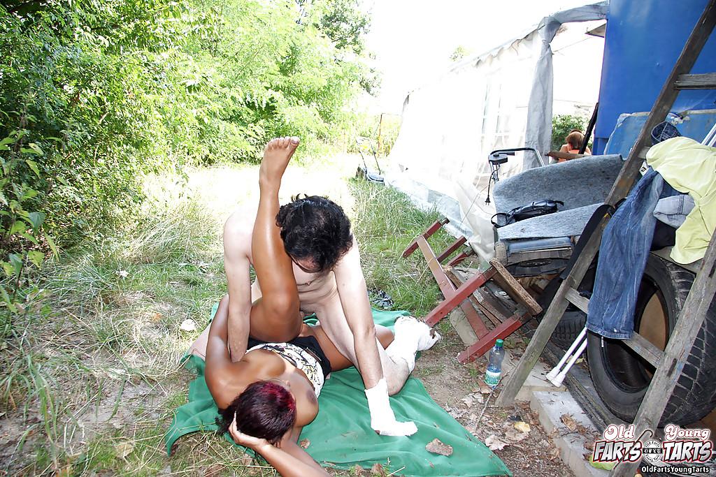 Загорелая цыпочка сосет в кафе и трахается на улице - секс порно фото