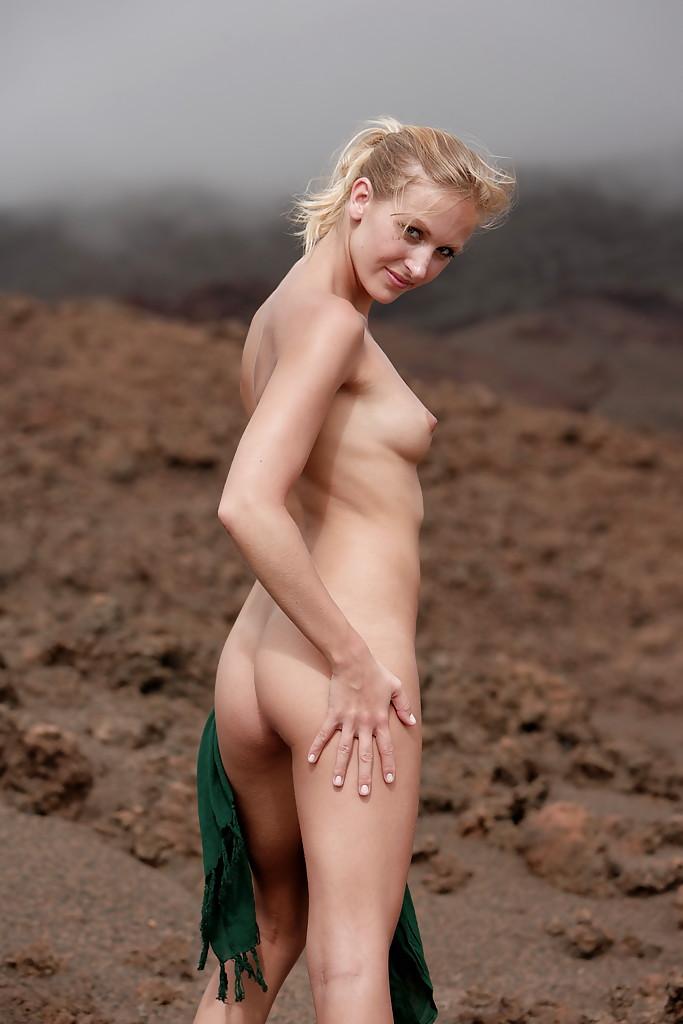 Девушка обнажает стройное тело на пляже - секс порно фото