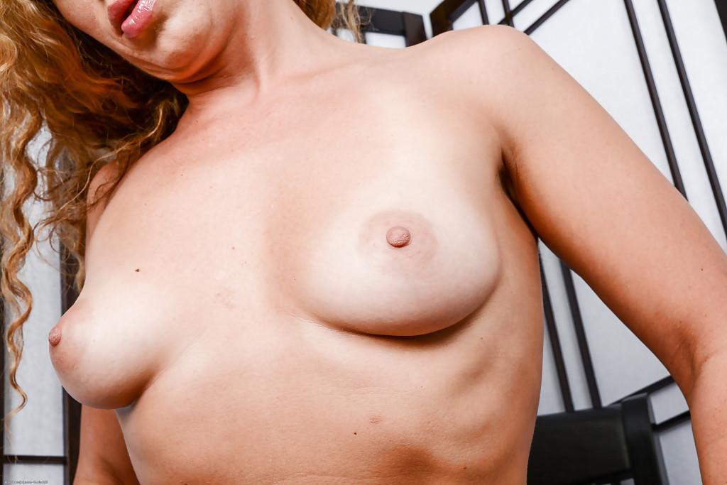 Стройная дамочка хвастается выбритой киской - секс порно фото